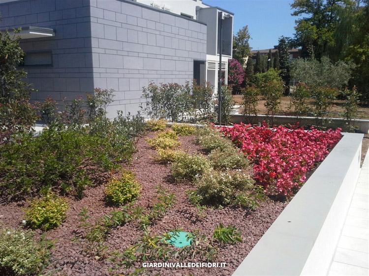 Privati giardini moderni per ville di nuova costruzione for Piante ville moderne