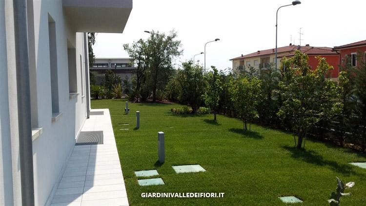 Immagini Di Giardini Moderni : Privati giardini moderni per ville di nuova costruzione