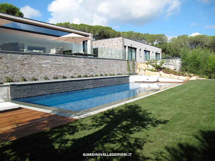 Privati signorile villa moderna con ampio parco e piscina for Bordure per piscine
